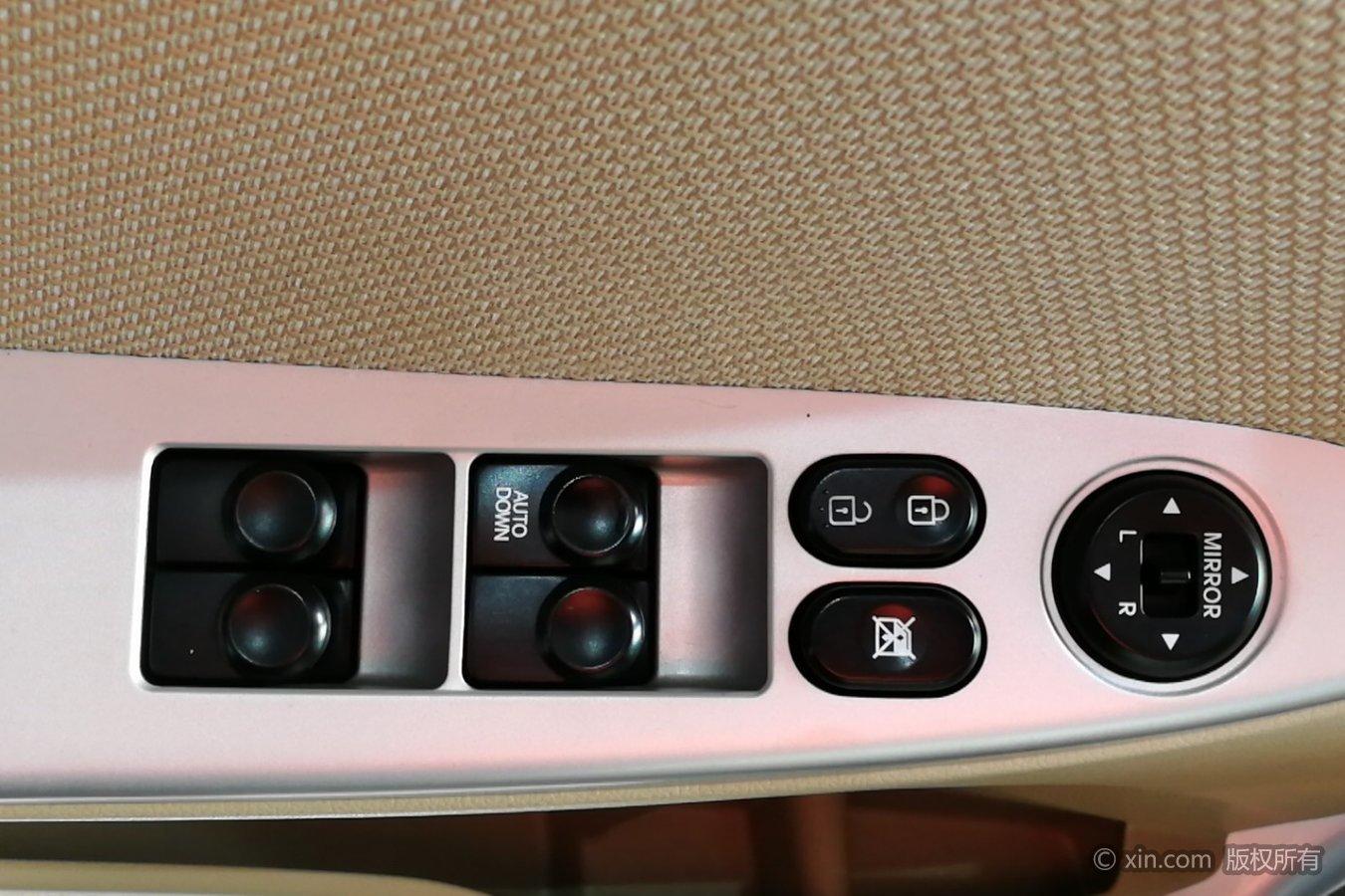 现代瑞纳左前车门控制键